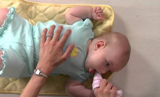 تمیز کردن لثه نوزاد