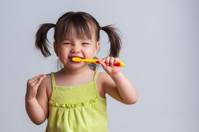مسواک زدن کودک