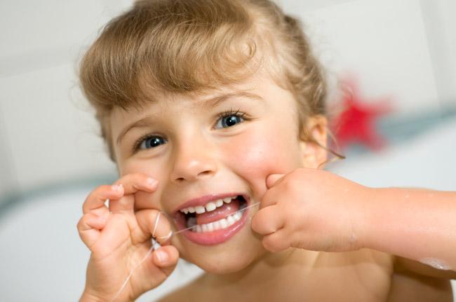 استفاده از نخ دندان توسط کودک