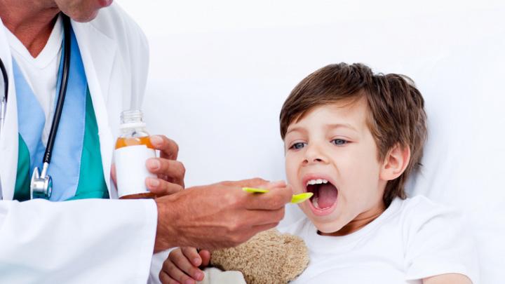 کودک در حال دریافت دارو خوراکی